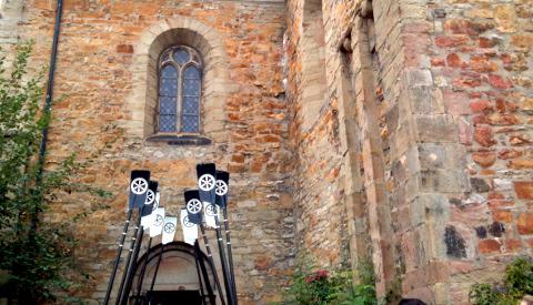 Ruderblätter vor der Kirche