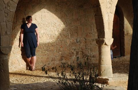 Frau Nessy im Kloster von Agia Napa