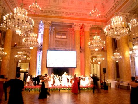 Das Damen-Schrammelorchester bittet zum Tanz.